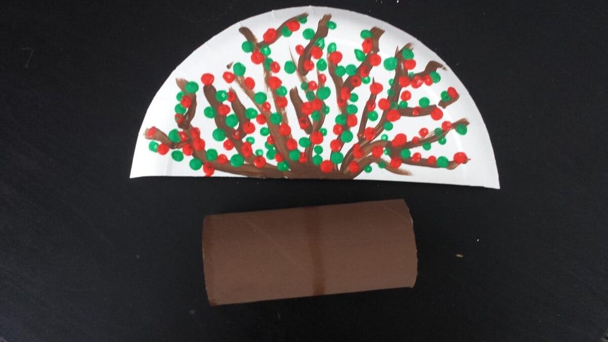 Bemalen Sie den Pappteller wie einen Baum