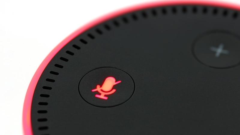 Wenn Alexa nicht mehr reagiert, sollten Sie zunächst prüfen, ob Sie Alexa stumm geschaltet haben und sie Sie deshalb nicht hören kann.