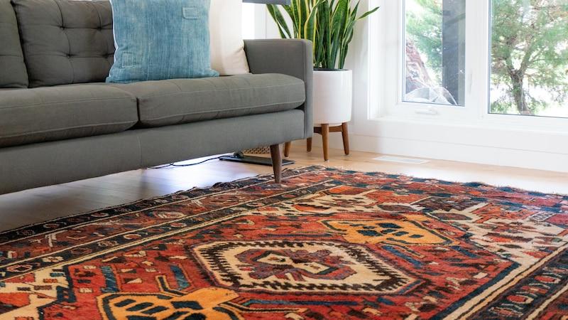 Ihre Couch zu imprägnieren, schützt das Möbelstück vor Nässe und Schmutz.