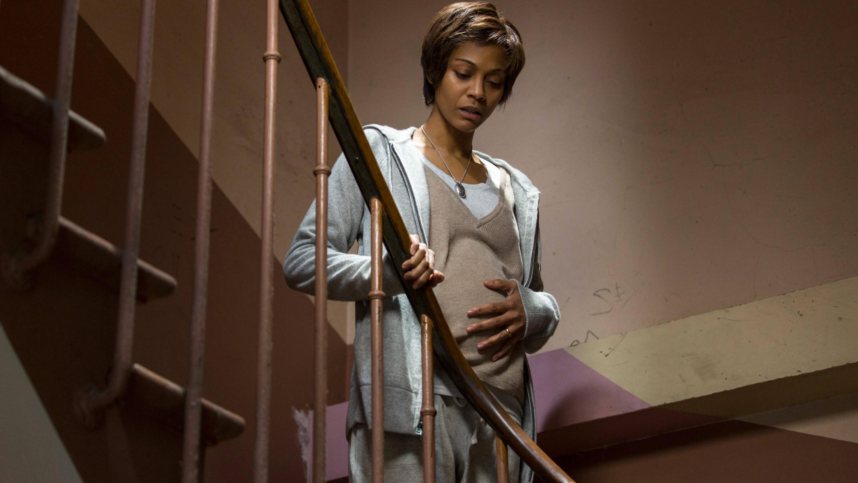 Eine Geburtsstellung im Stehen wählen sie am besten zu Beginn der Geburt.
