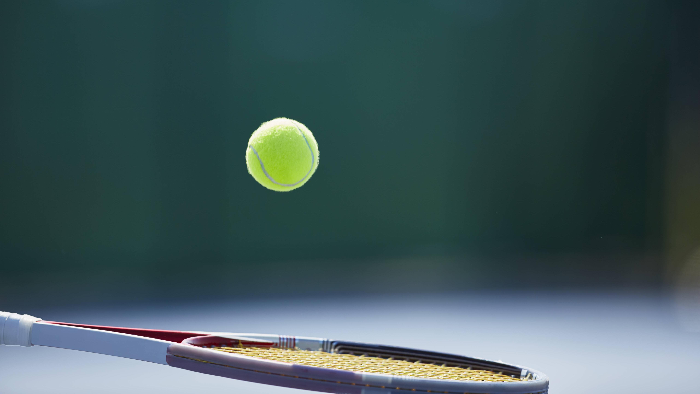 Mit der richtigen Tennisschläger-Größe halten Sie den Ball unter Kontrolle.