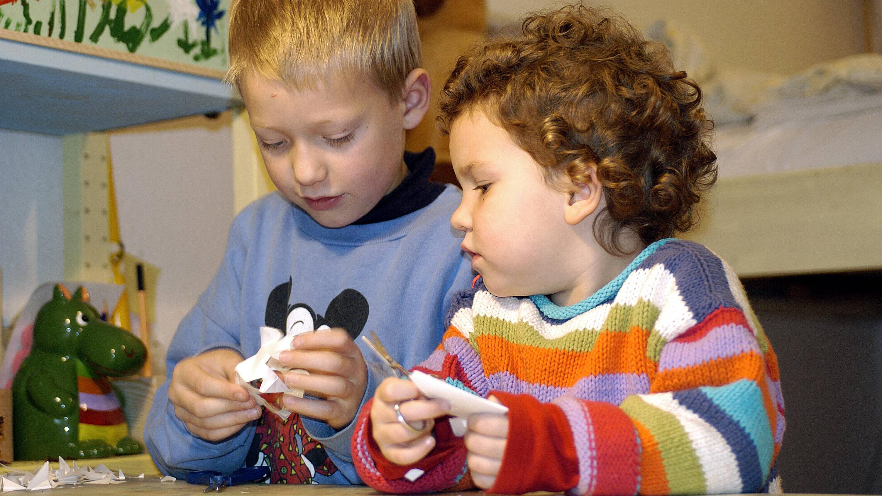 Einen Kreisel zu basteln, bereitet Kindern große Freude und geht auch schon mit den Kleinsten.