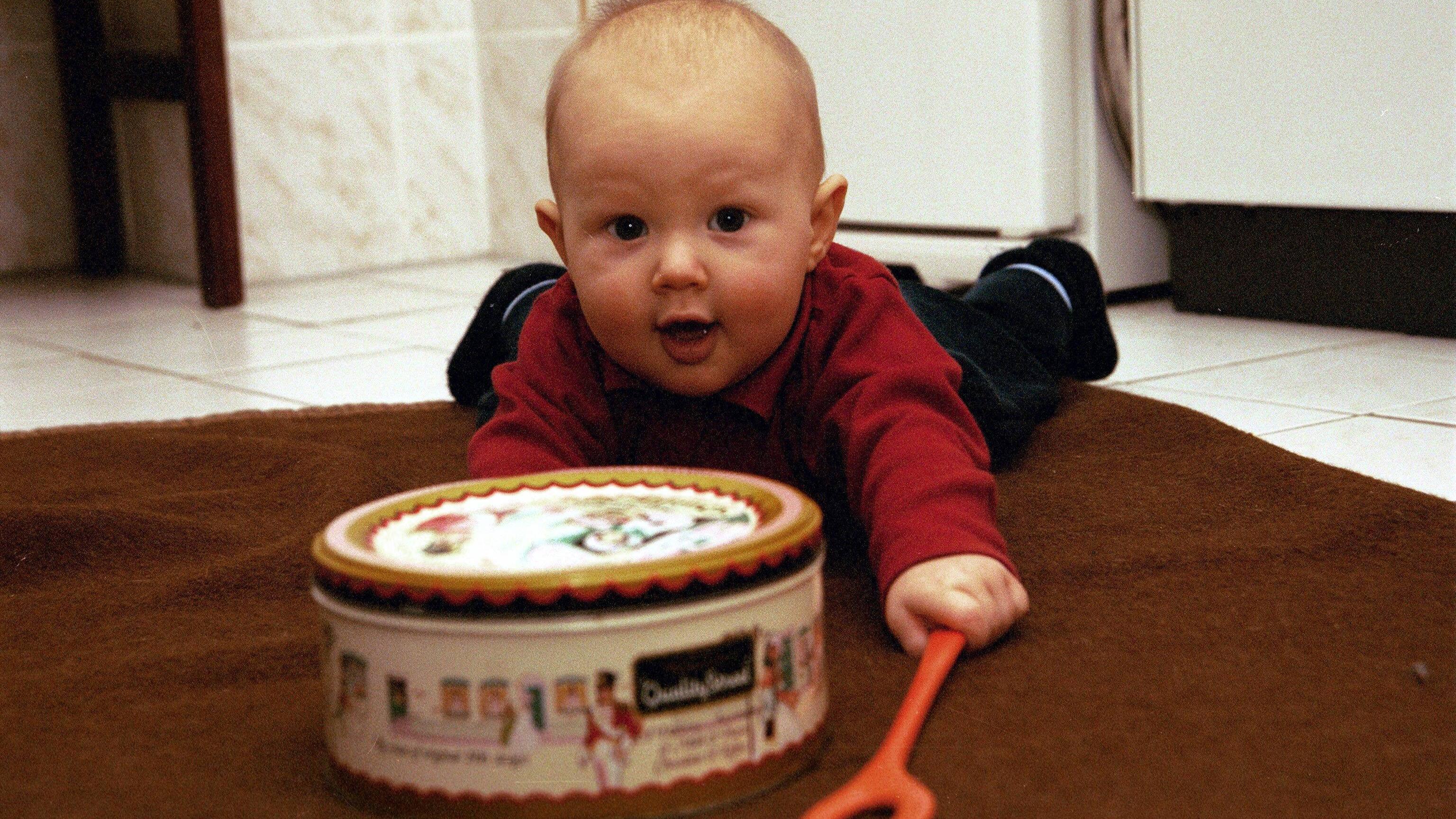 Es muss nicht immer gekauftes Spielzeug sein. Auch Haushaltsgegenstände machen Babys Spaß.