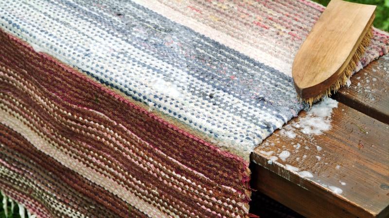Seidenteppich mit weicher Bürste und Schaum reinigen
