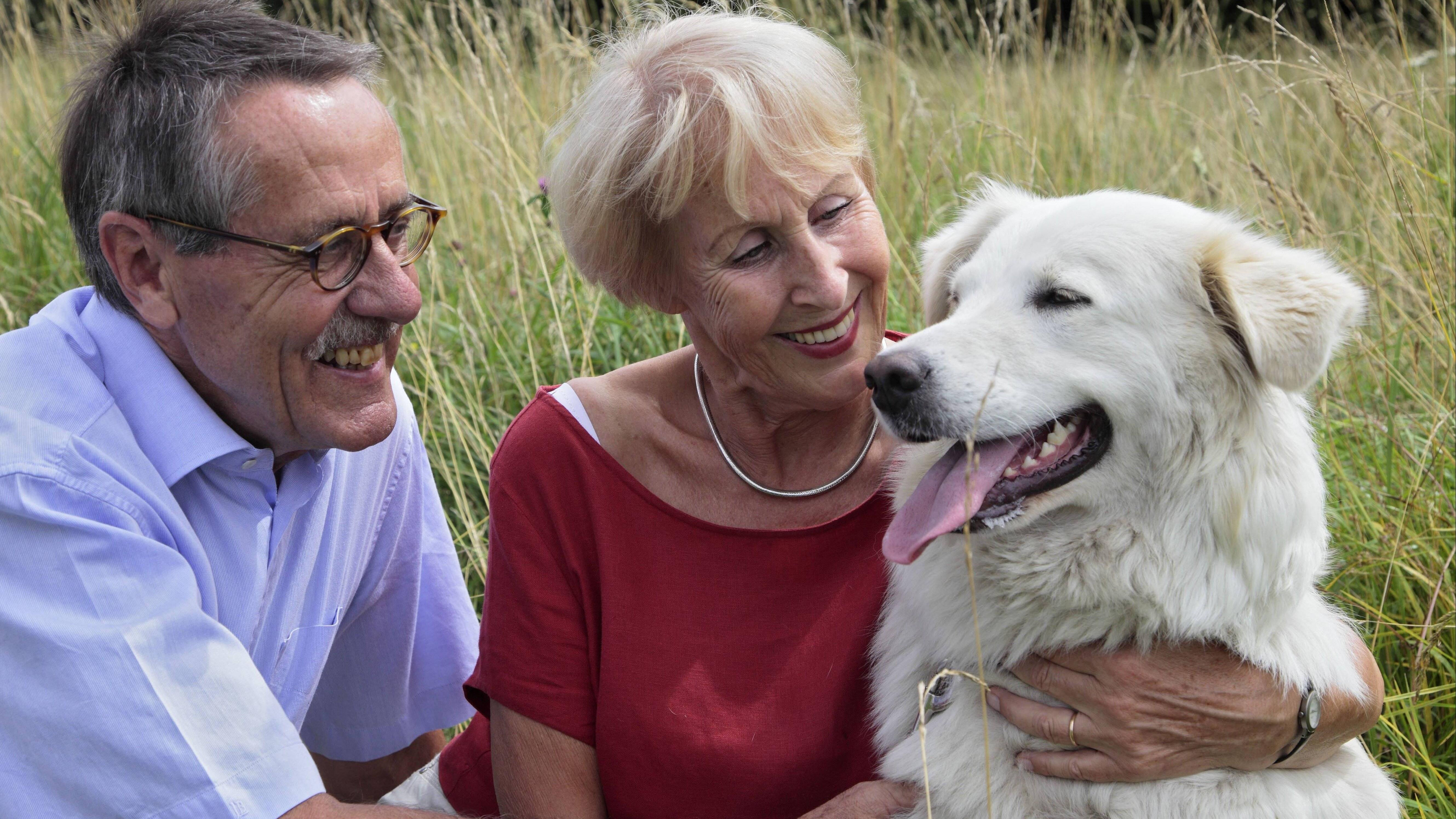 Seniorenpaar mit Hund beim Spaziergang BLWX058443 Copyright: xblickwinkel McPhotox JochenxMüllerx