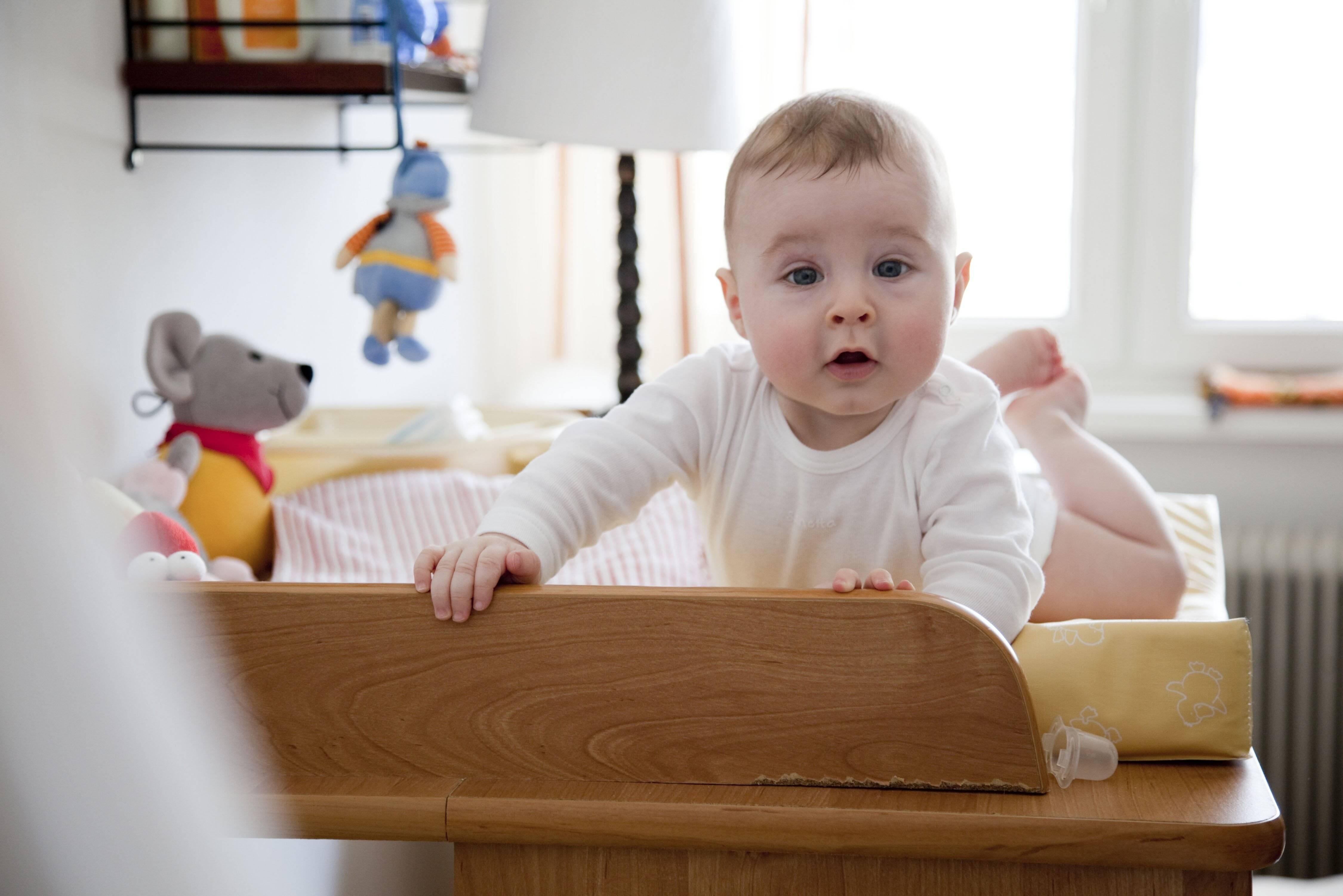 Beim Einrichten des Wickeltischs sollten Sie darauf achten, alles in Griffnähe zu haben.