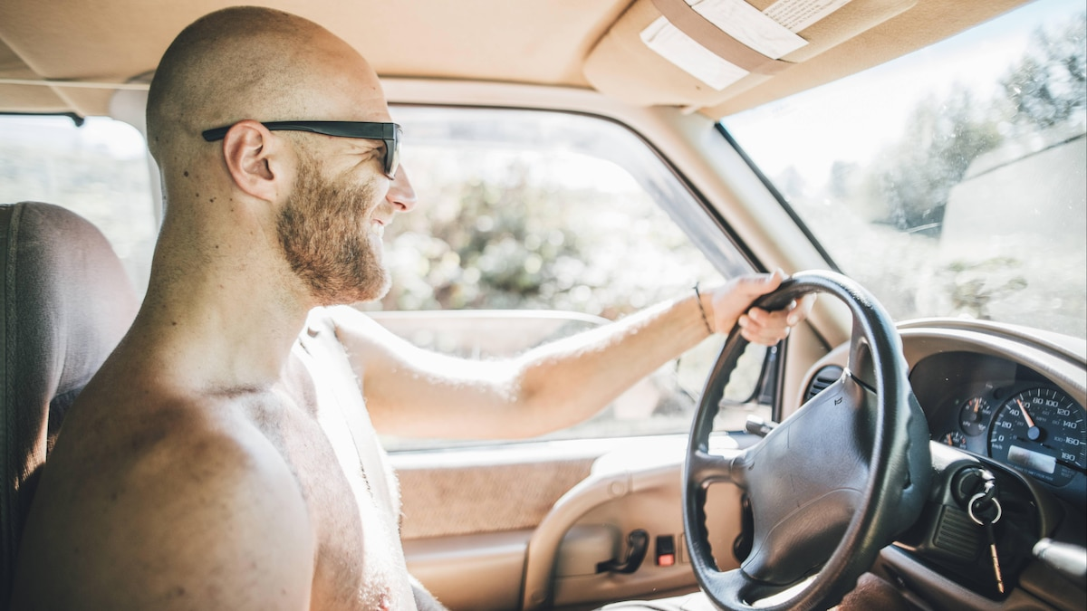 Nackt Auto fahren - das müssen Sie beachten