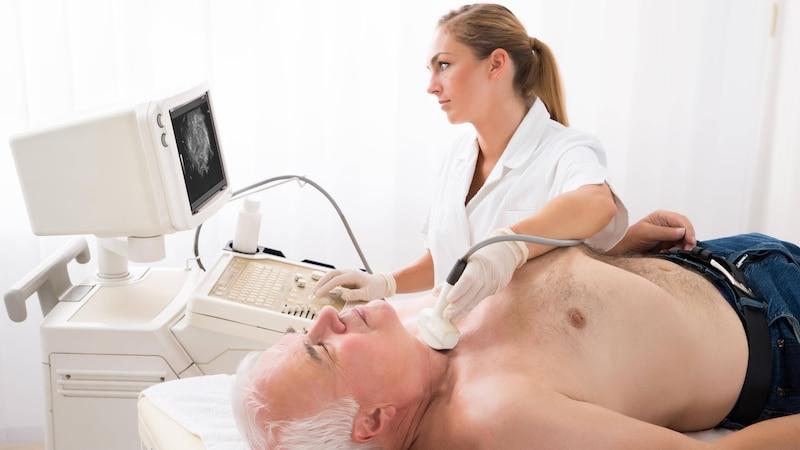 Eine Ultraschalluntersuchung am Hals kann Aufschluss über zahlreiche Ursachen geben.