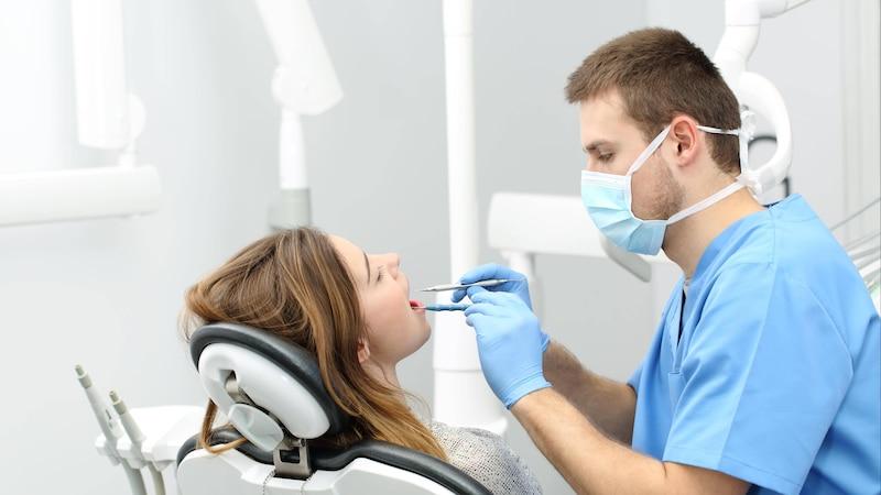 Nach einer Zahnreinigung müssen Sie aufpassen, was Sie essen.