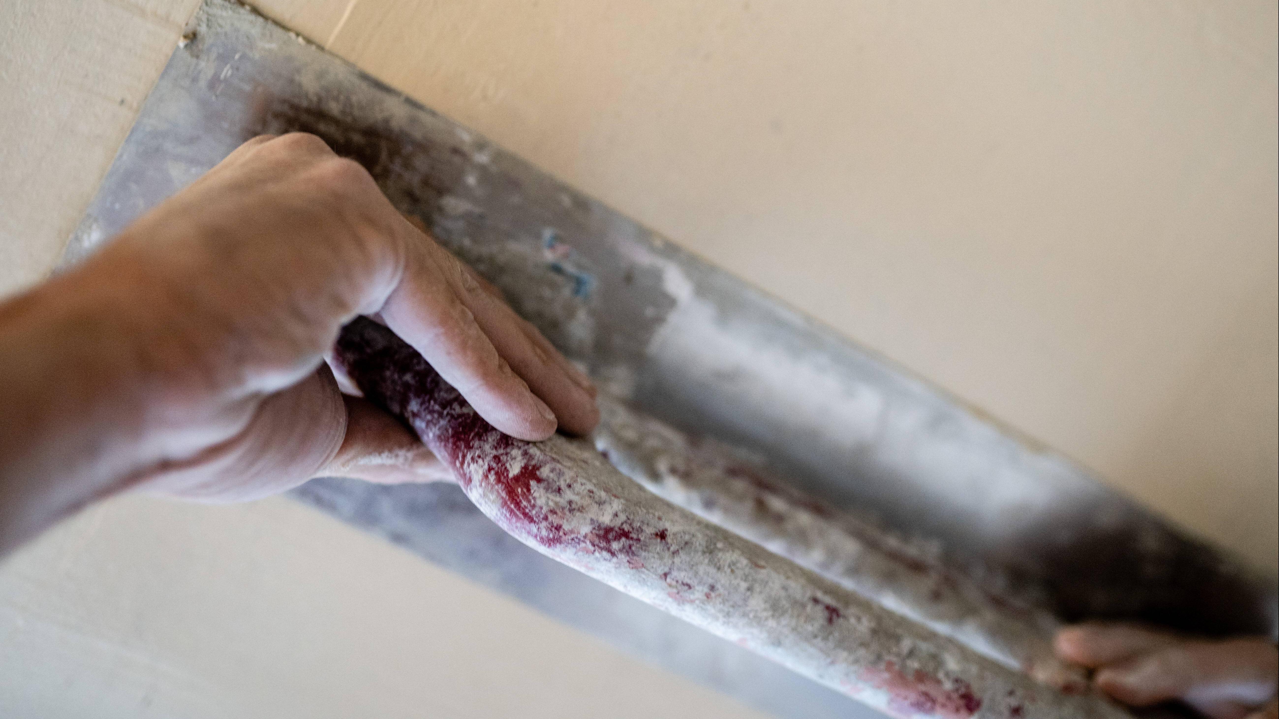 Kalksandstein verputzen und anschließend Putz abziehen