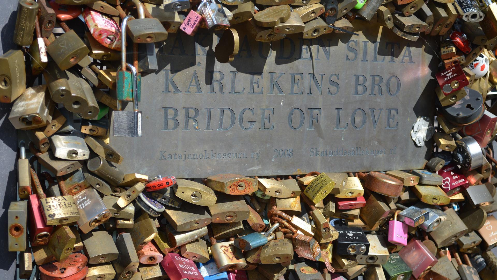Die Liebesbrücke in Helsinki ist einer der romantischsten Orte, um die Sammlung von Schlössern zu besuchen