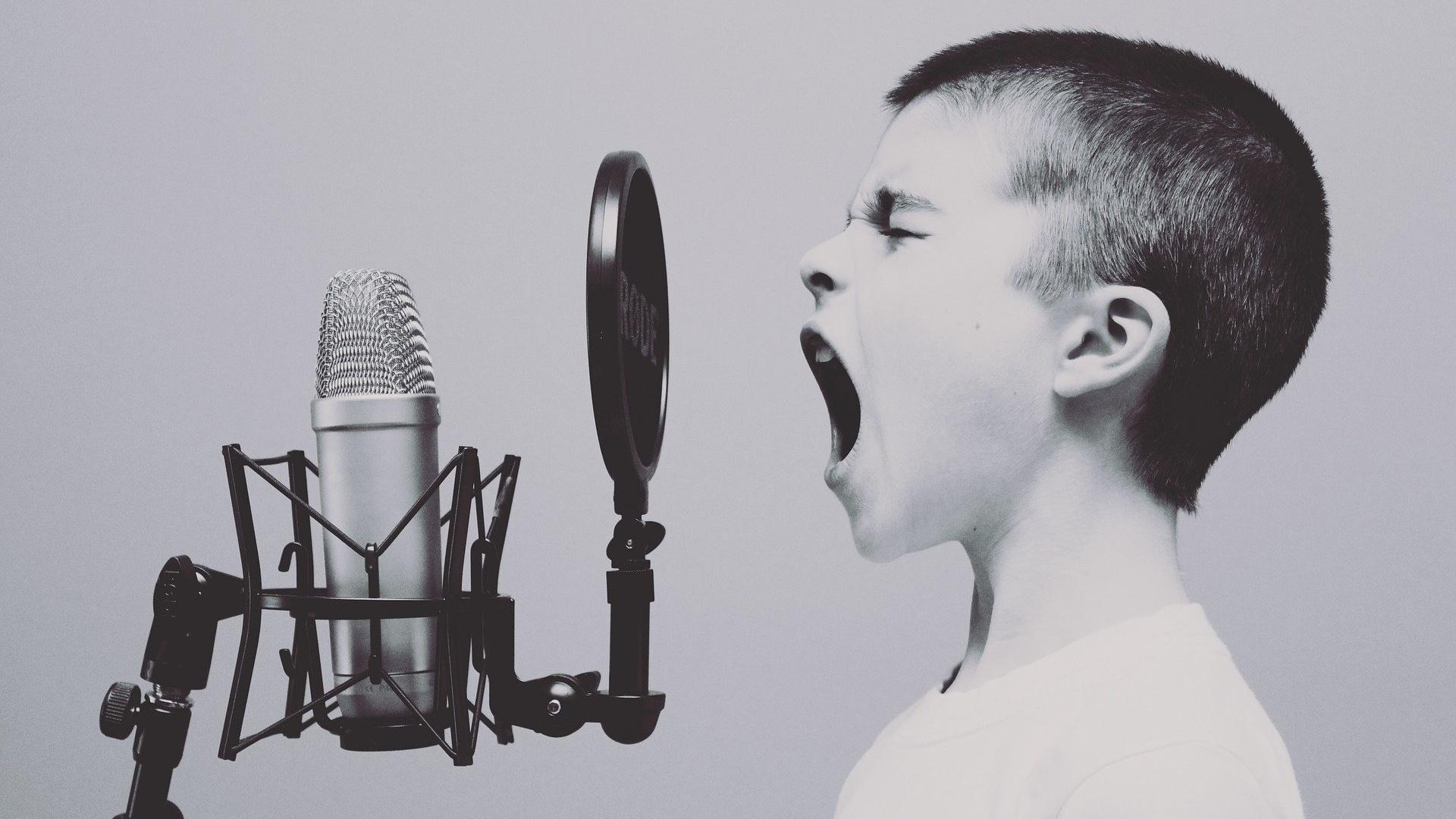Die orale Phase kann für ein Kind gefährlich werden, wenn es die falschen Gegenstände in den Mund nimmt.