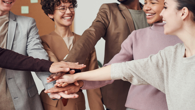 Steigern Sie die Mitarbeiterzufriedenheit mit Maßnahmen zur Teambildung