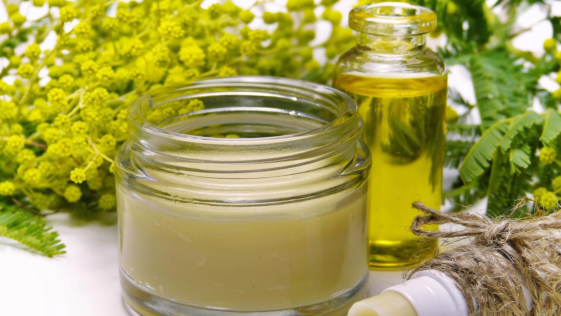 Gegen Pickel an den Armen helfen befeuchtende Hautpflege und Ölkuren