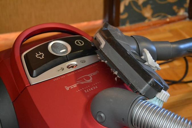 Einen defekten Staubsaugerschlauch können Sie selbst reparieren.