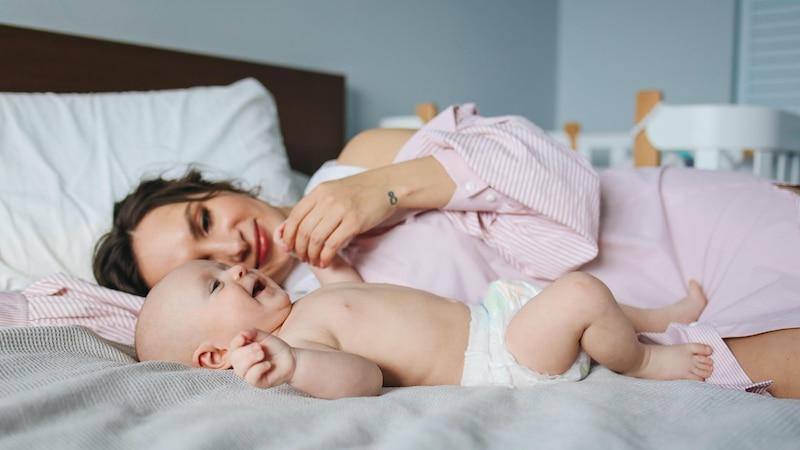 Baby vom Bett gefallen: So reagieren Sie schnell und richtig