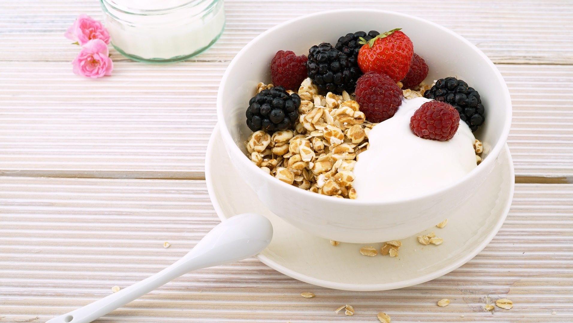 Kohlenhydrate sind wichtig für den Muskelaufbau. Ein empfehlenswertes Lebensmittel mit vielen Kohlehydraten sind Haferflocken.