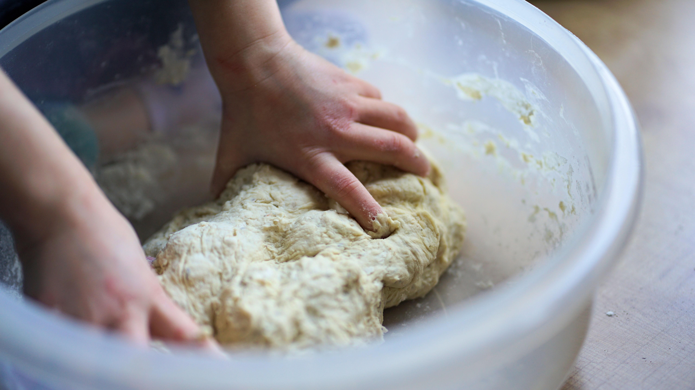 Pinsa-Teig muss lange geknetet werden.