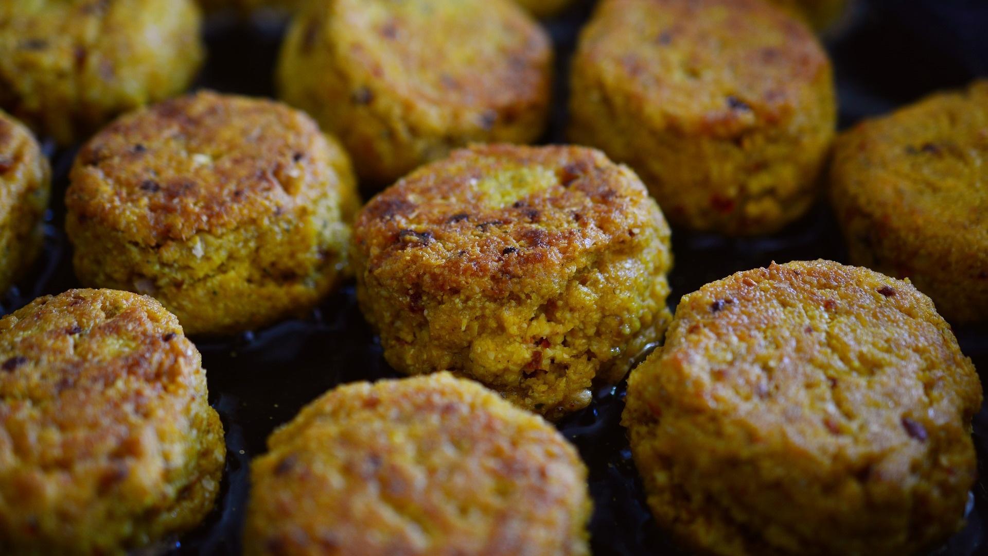 Es gibt viele vegane Fleisch-Alternativen wie Falafel. Es bietet sich an, sie vorher in der Pfanne zu braten.