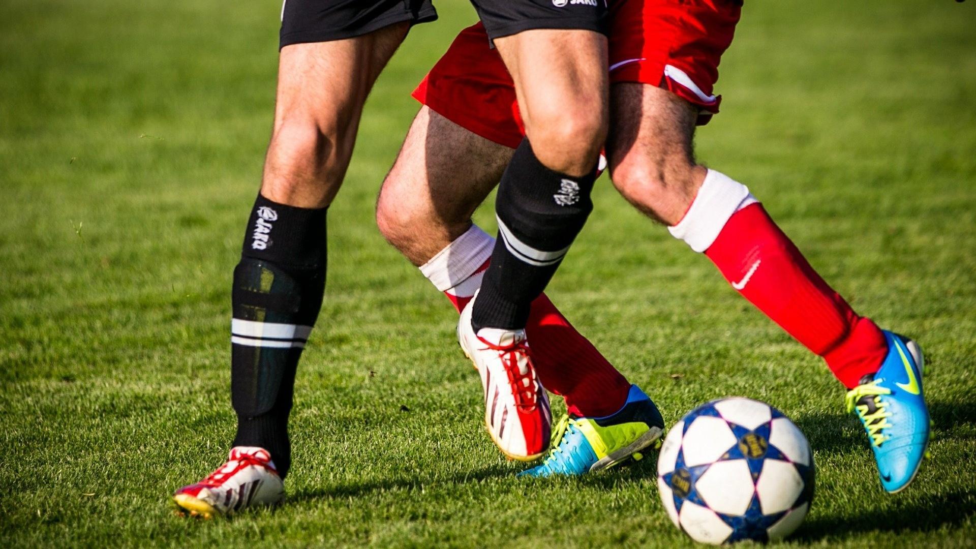 Beim Fußball werden die Beine stark beansprucht, weshalb ein Muskelfaserriss in der Wade nicht unüblich ist.