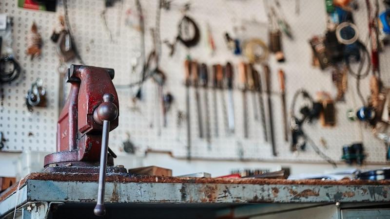 Werkstatt organisieren: Bringen Sie eine praktische Werkzeugwand über Ihrer Werkbank an.