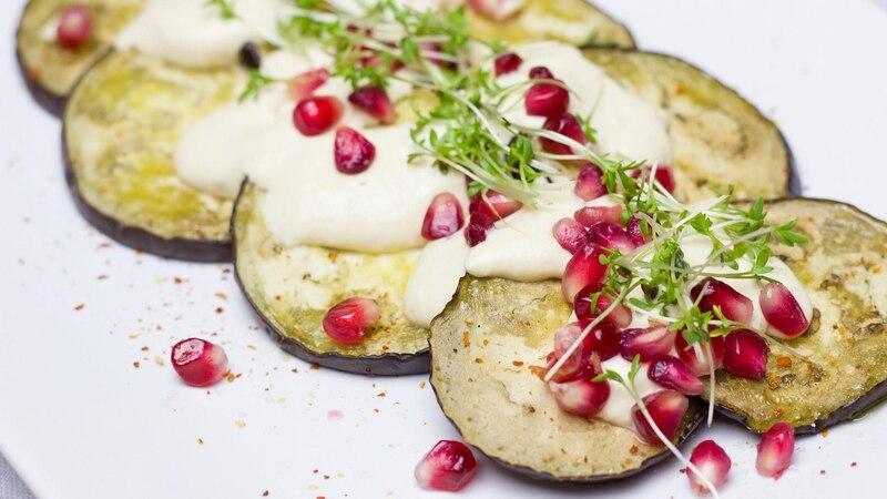 Aubergine panieren: Probieren Sie gebratene Auberginen mit verschiedenen Dips und Soßen.