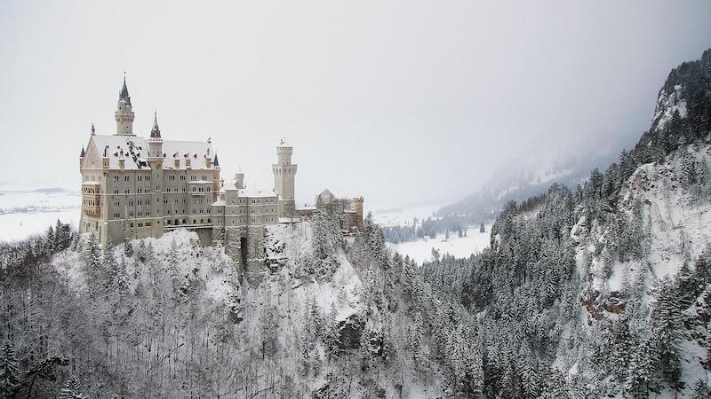 Auch Schloss Neuschwanstein bietet beim Winterwandern in Deutschland einen bemerkenswerten Ausblick.