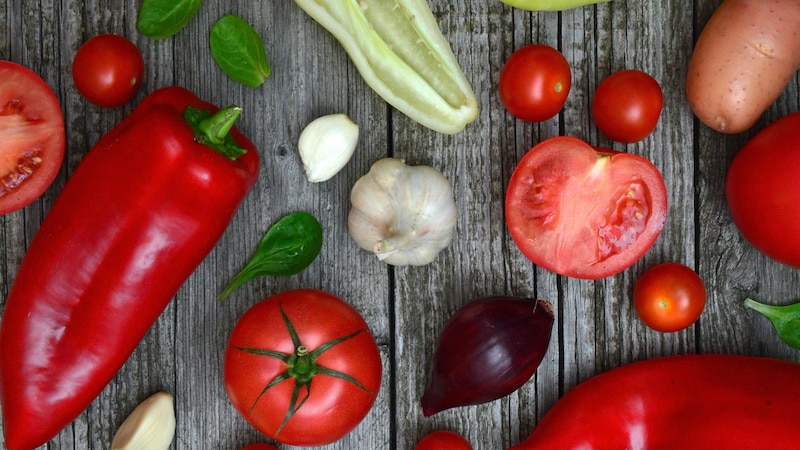 Frisches Gemüse eignet sich perfekt für das Raclette. Es kann mit Kartoffeln, Brot oder auch Fleischersatz kombiniert werden.