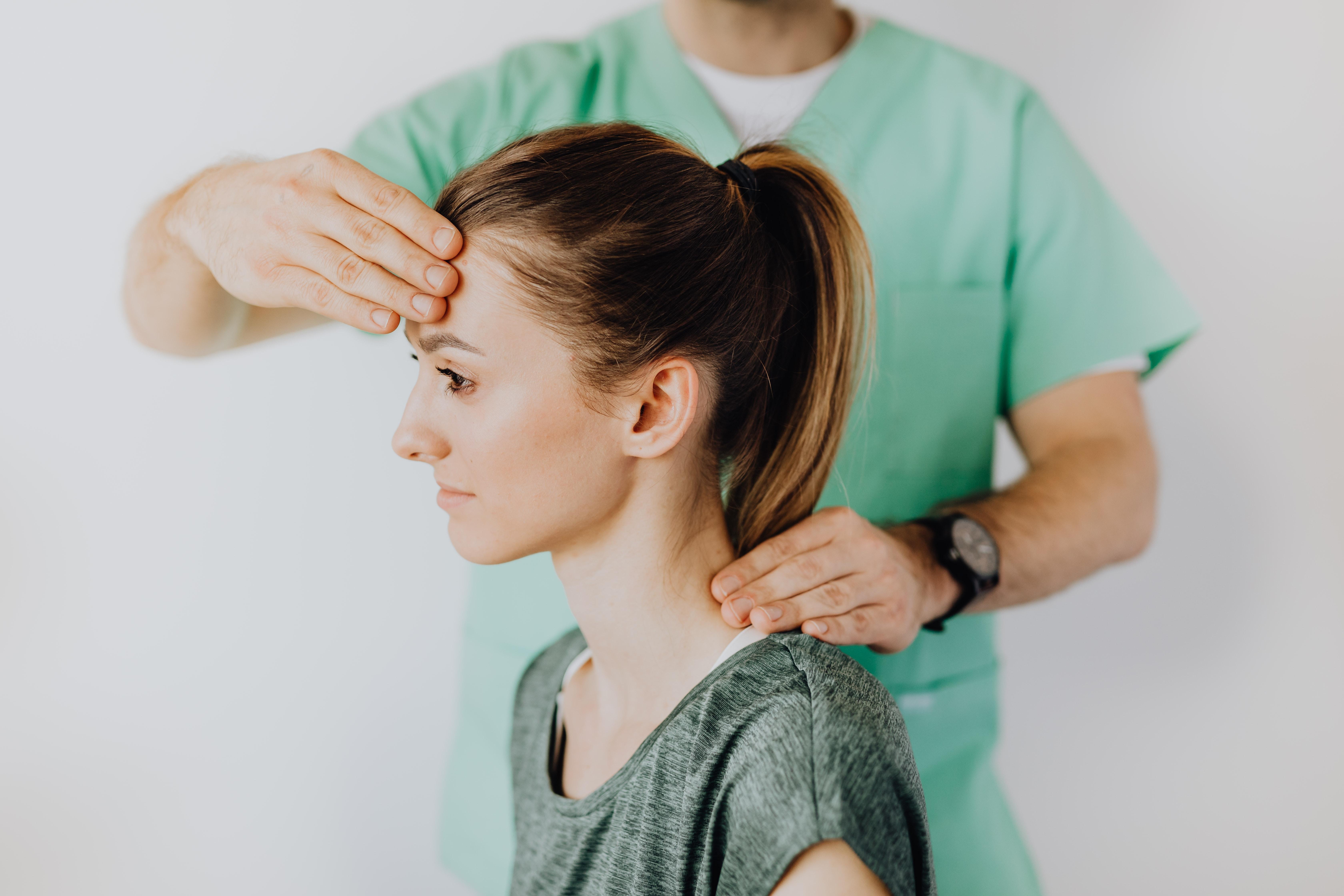 Symptome für eine Blockade im Kopf können auch körperlich sein, wie etwa Verspannungen und Kopfschmerzen.