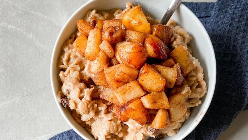 Das Porridge-Basisrezept für ein Ayurveda Frühstück kann mit vielen Obst-, Getreide- und Nussorten variiert werden. Wichtig ist, dass alles gut erwärmt wird.