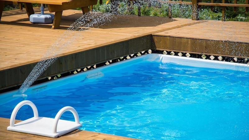 Den Pool zu Hause selbst befüllen, ist mit Kosten verbunden.