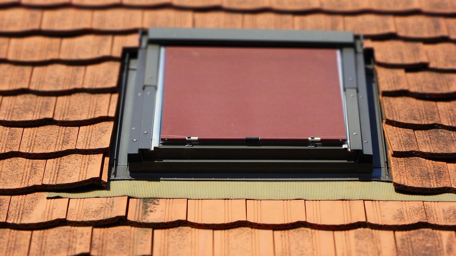 Ein Dachfenster richtig abdichten spart Energie und hält Feuchtigkeit fern