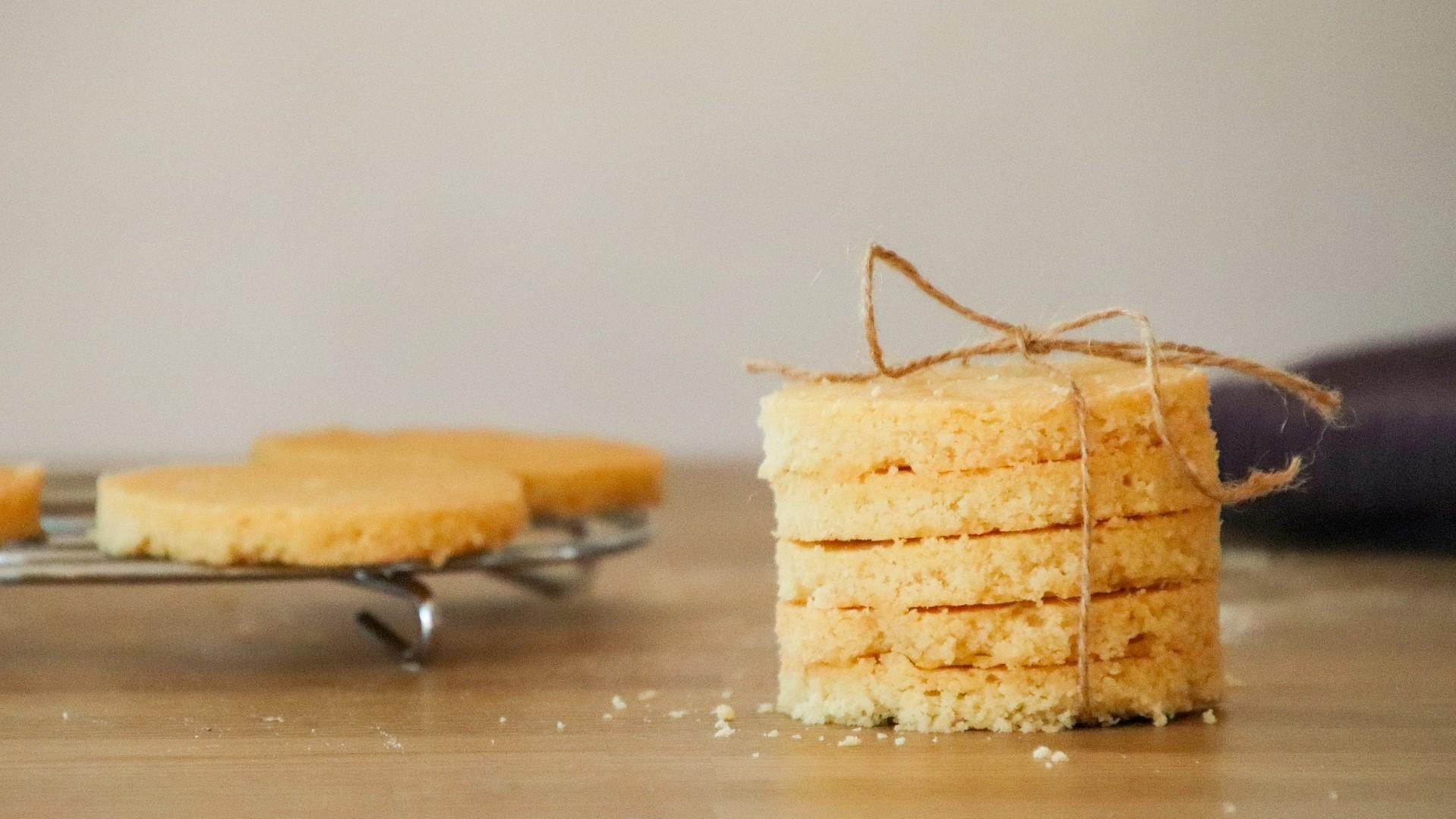 In England ist Shortbread länglich, Sie können die Kekse aber in jeder beliebigen Form backen