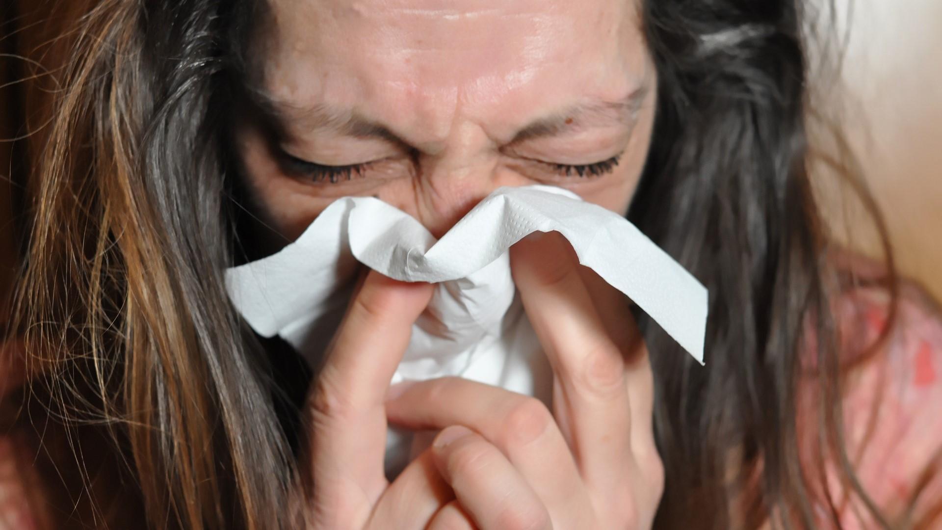 Um Nasenbluten vorzubeugen, sollten Sie nur sanft Ihre Nase putzen.