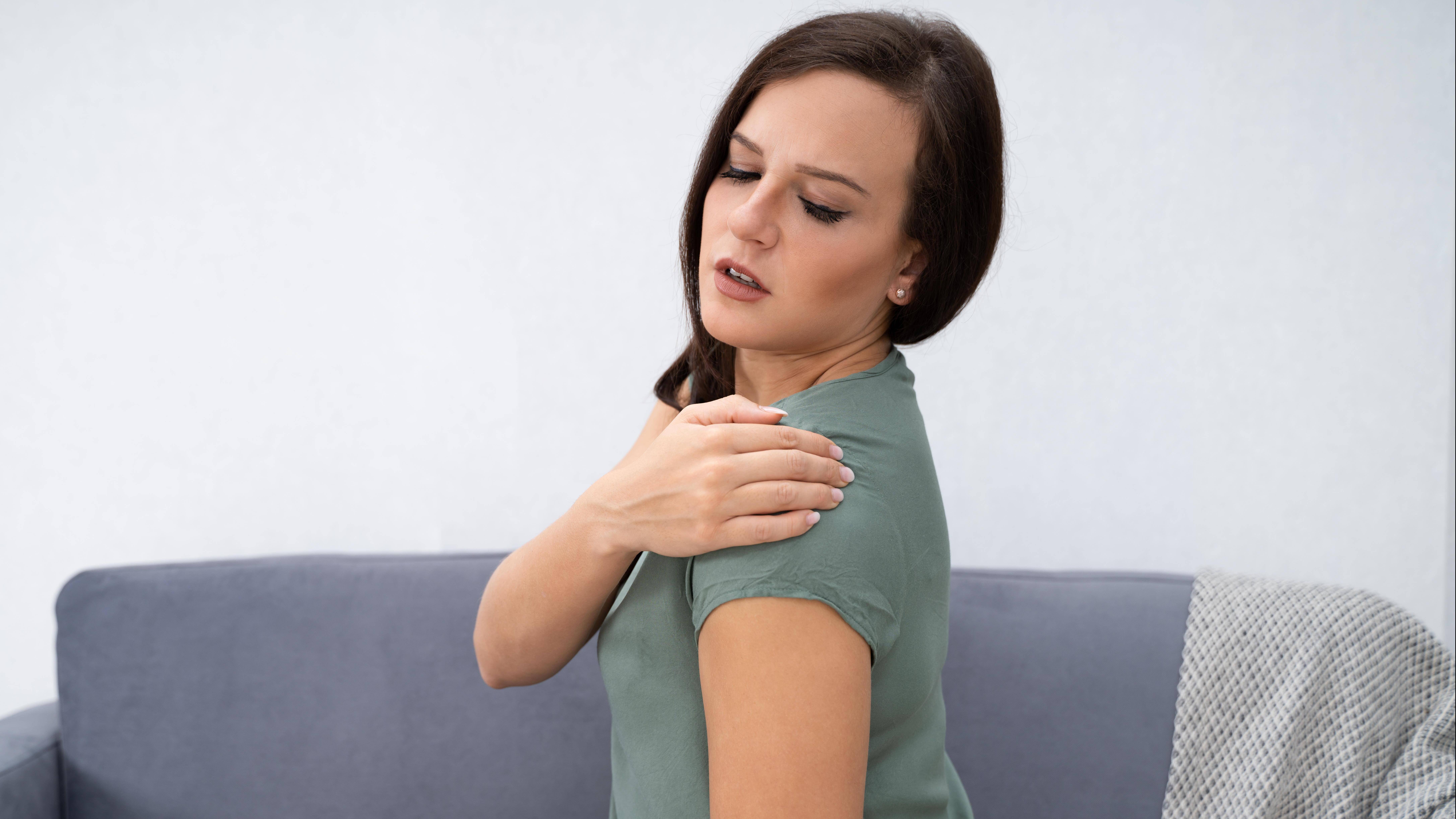 Ziehende Schmerzen im Arm: Das können mögliche Ursachen sein