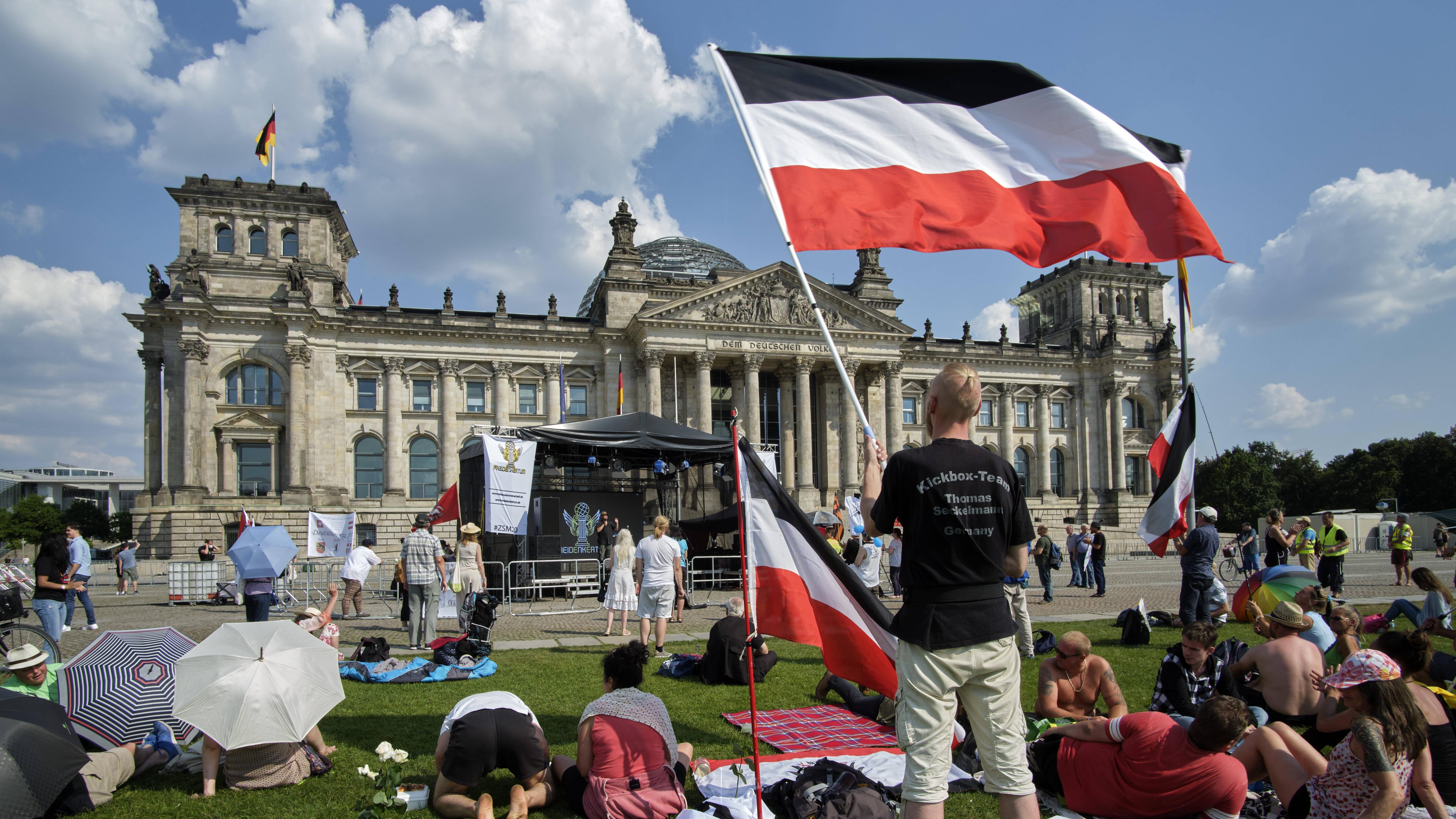 Reichsbürger erkennen die Existenz der BRD nicht an und hissen auf Veranstaltungen die Reichsflagge