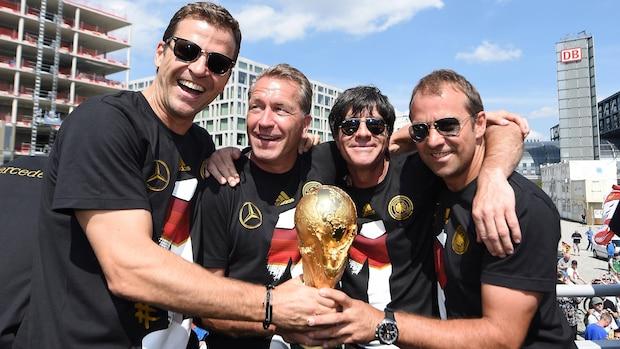 WM-Titel 2014: Die Macher Oliver Bierhoff (v.l.), Andreas Köpke, Joachim Löw und Hansi Flick feiern mit der Trophäe.