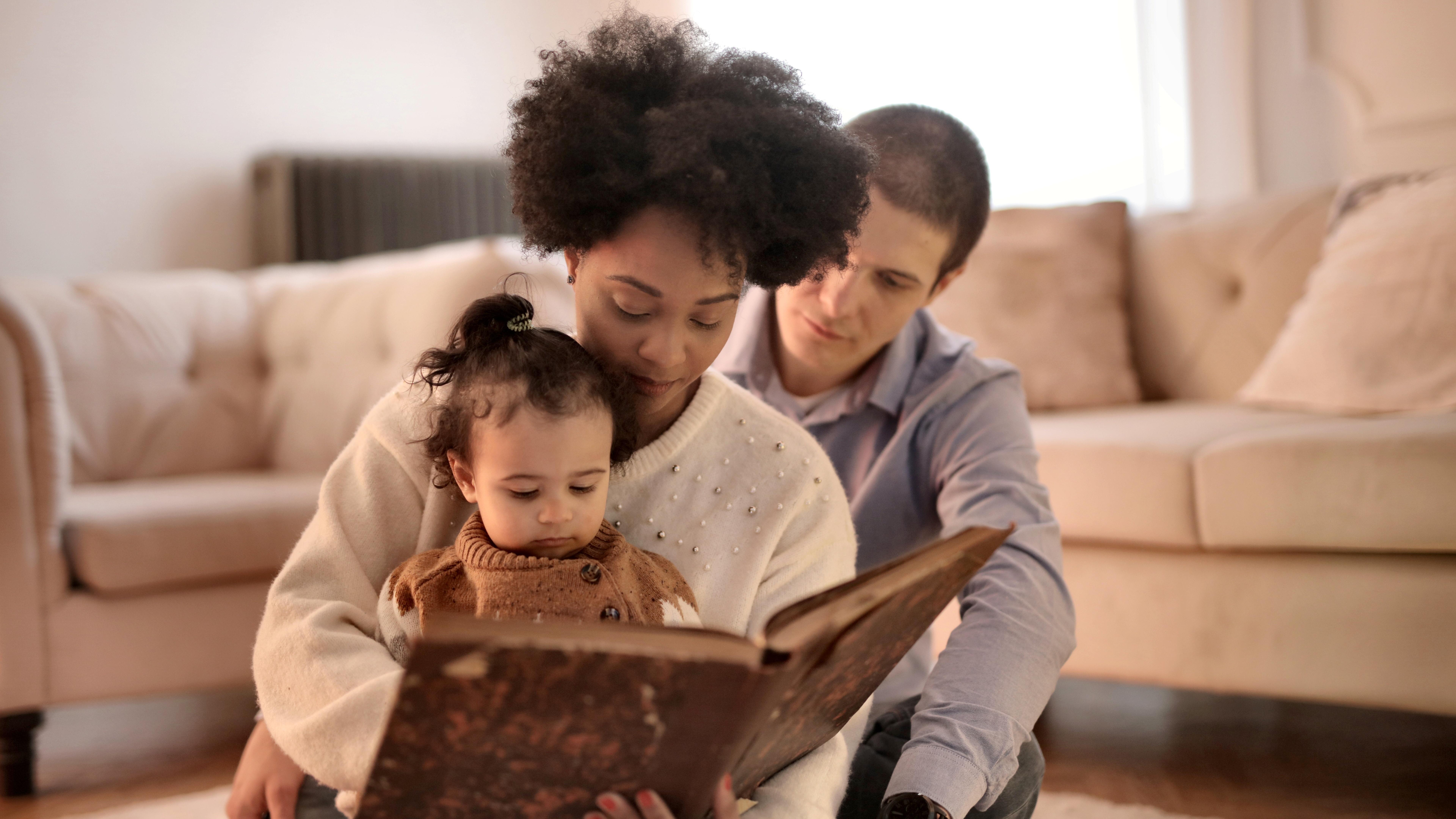 Vorlesen oder Singen unterstützt Babys beim Spracherwerb.