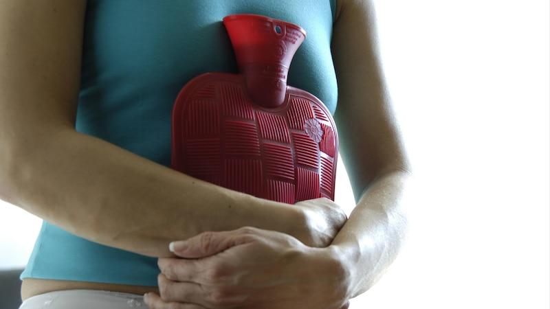 Blutiger Ausfluss: Ist Endometriose der Auslöser, können Schmerzen auftreten.