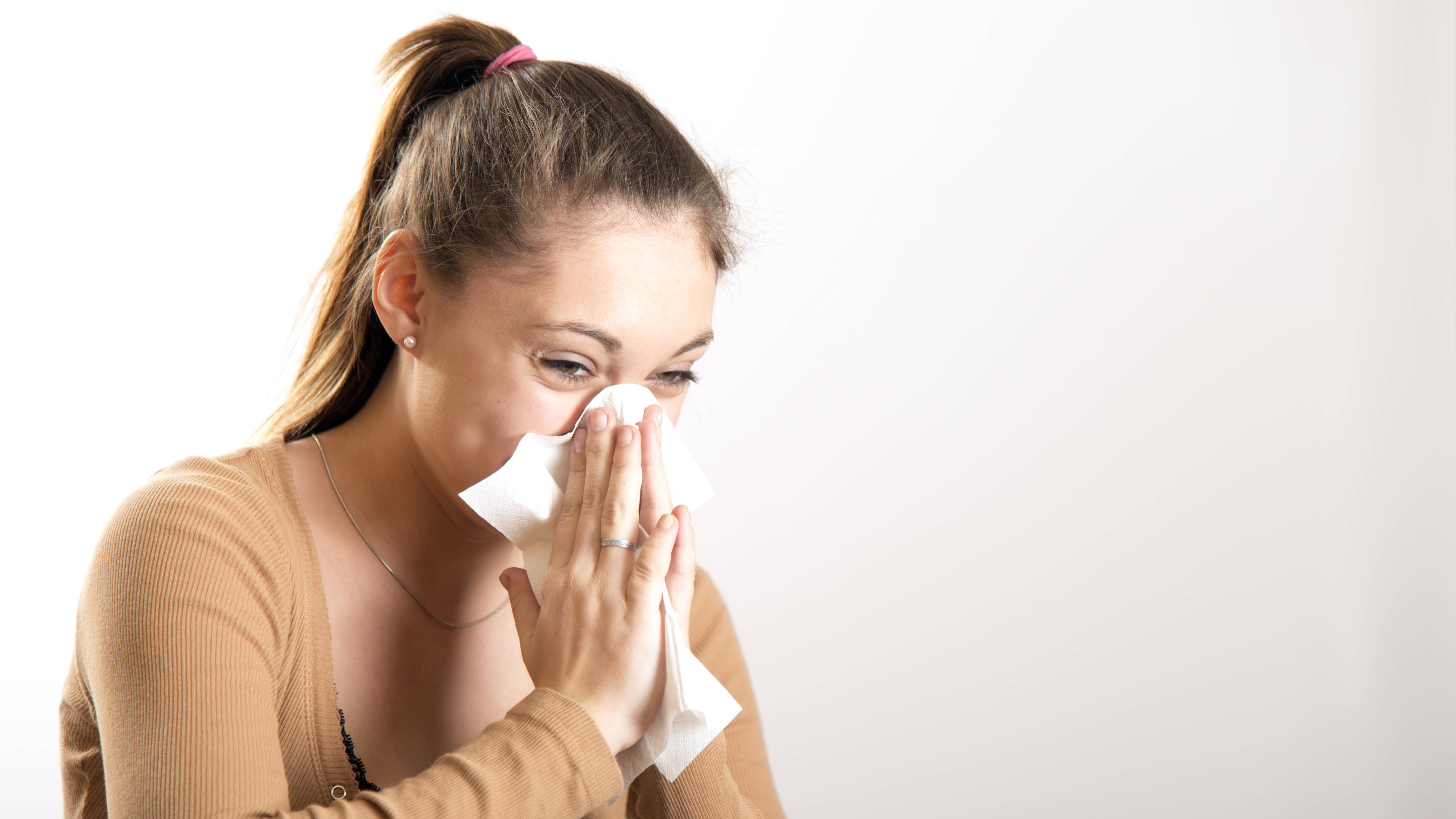 Gegen Flüssigkeit im Ohr hilft ein simples Hausmittel: das Nase putzen.