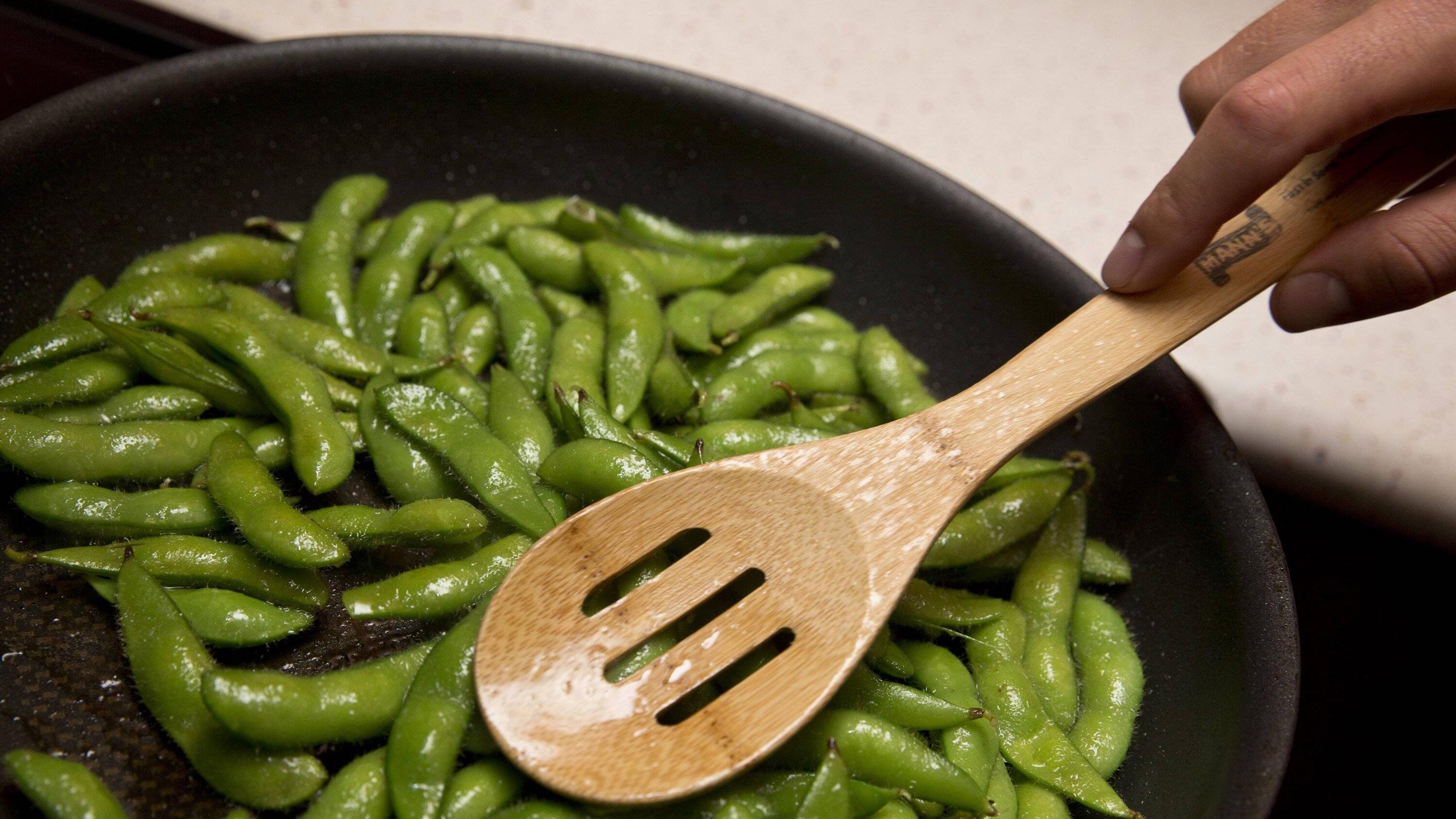 Bevor man Edamame isst, muss man Sie zunächst blanchieren.