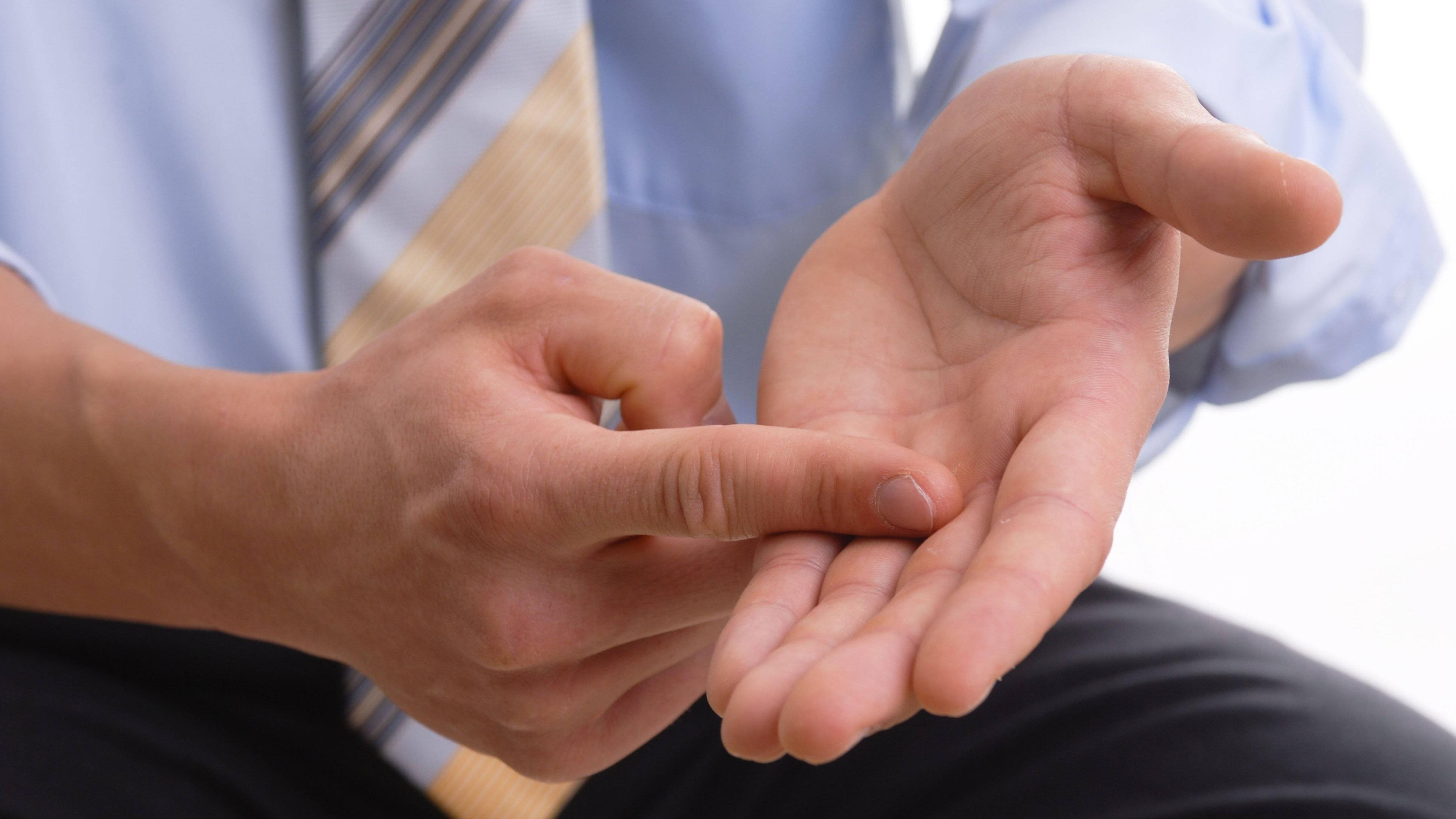 Ein Taubheitsgefühl in den Fingern hat verschiedene Gründe.