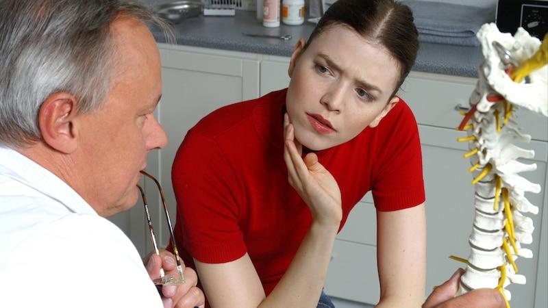 Rückenschmerzen und taube Finger: Ursachen und Behandlung