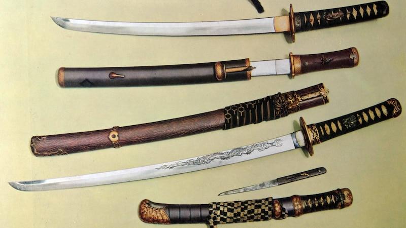 Japanische Samuraischwerter (Katana) werden gehärtet, um den Klingen aus Stahl die nötige Festigkeit zu verleihen.