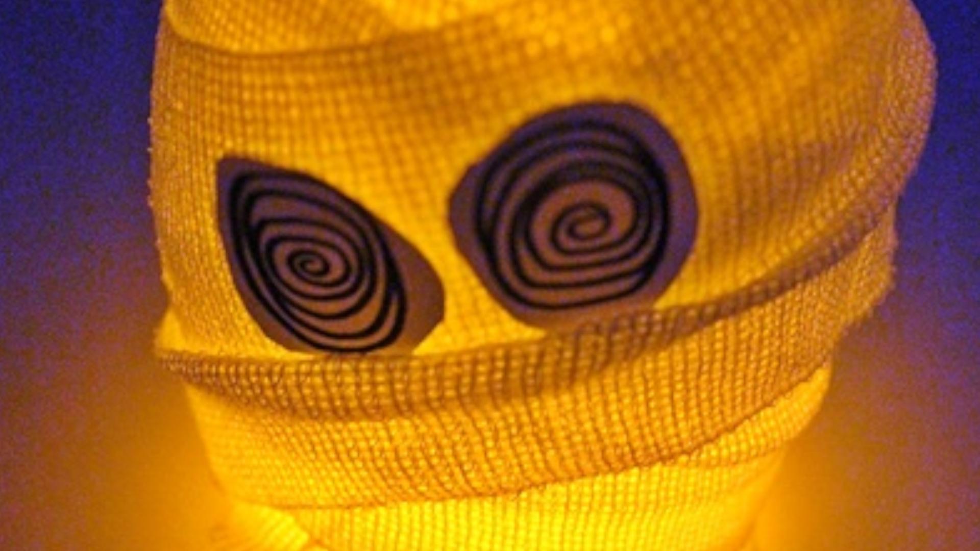 Diese Deko-Mumie können Sie für Halloween ganz einfach selber machen