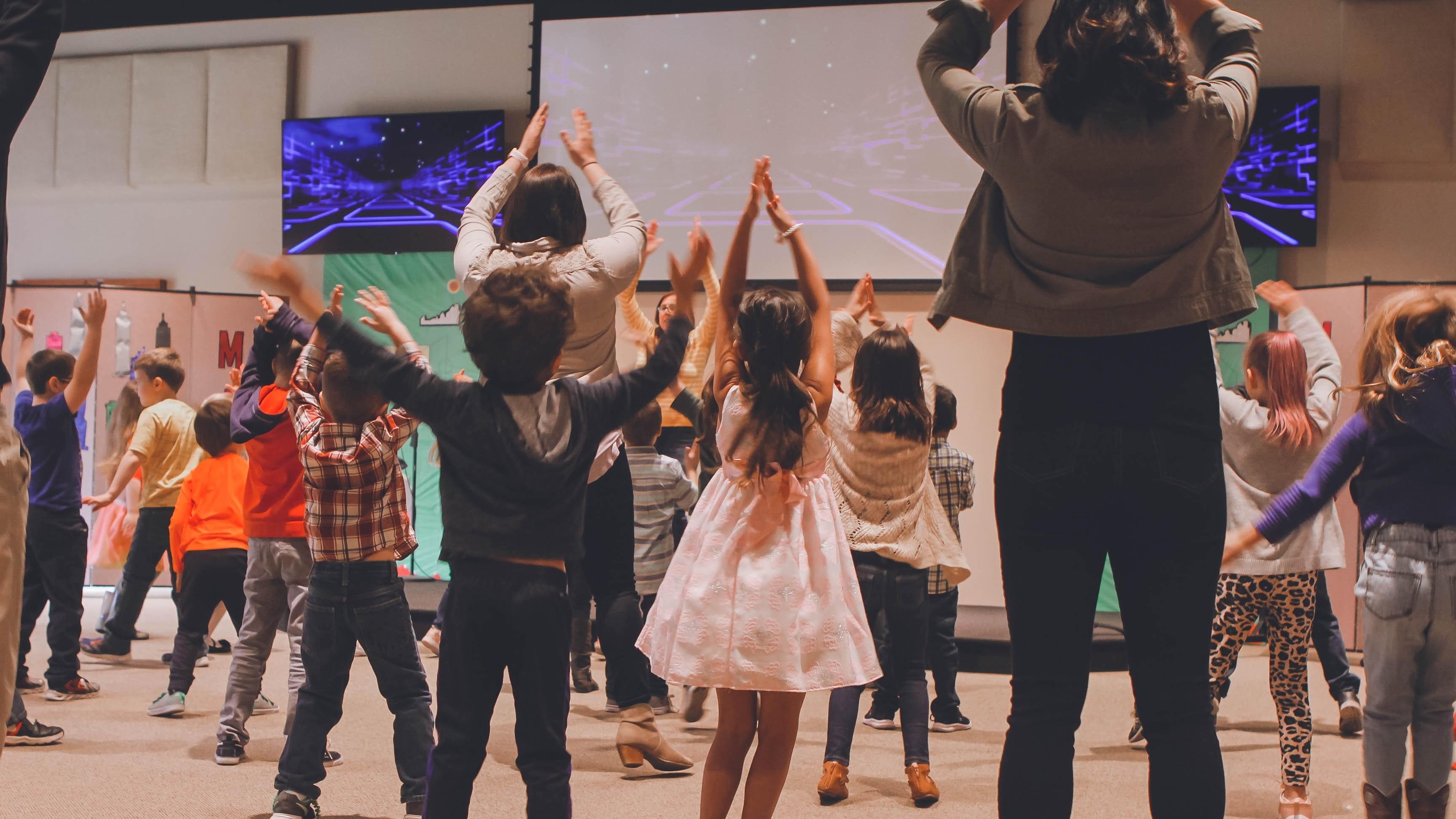 Das gemeinsame Tanzen mit Kindern hat viele Vorteile für die Entwicklung des Kindes.