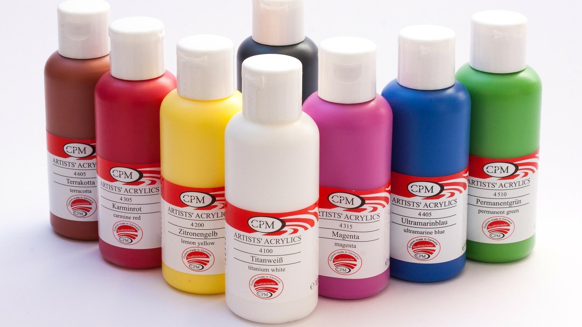 Acrylfarbe auf Glas auftragen: Das müssen Sie beachten