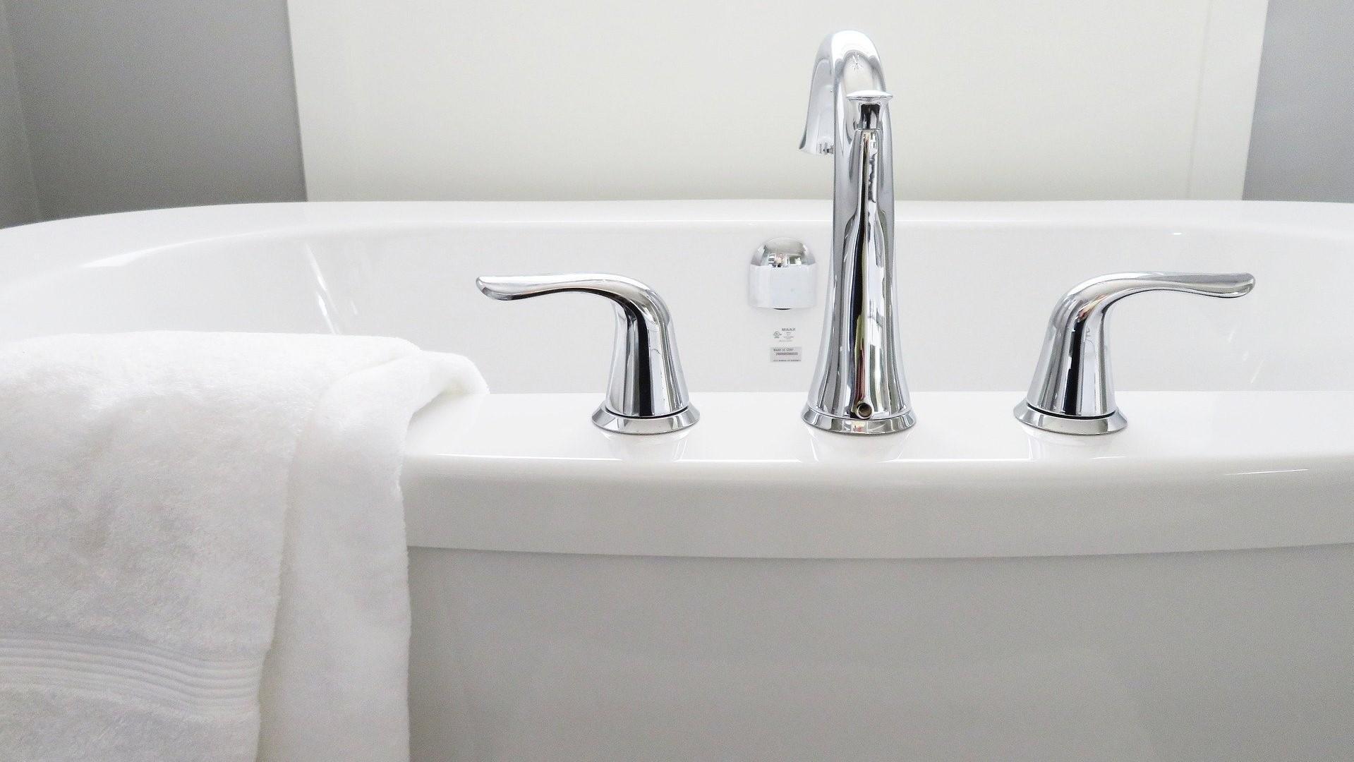 Wenn die Badewanne nicht ablaufen will, helfen meist schon kleine Tipps und Tricks.