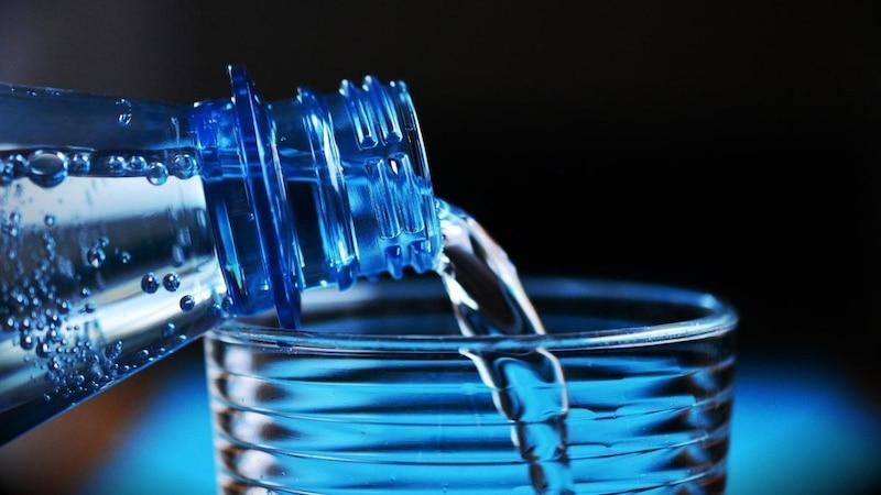 Wasser ist kalorienlos und hilft beim Abnehmen, denn es regt den Stoffwechsel und die Fettverbrennung an.