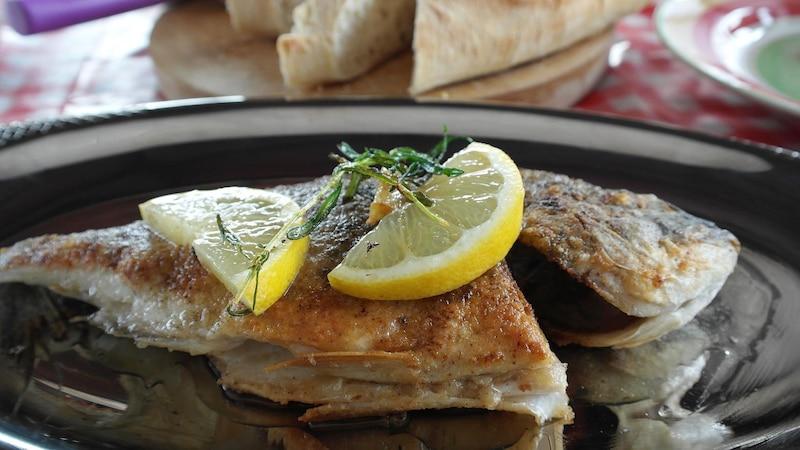 In der Pfanne gebacken, schmeckt panierter Karpfen Groß und Klein.